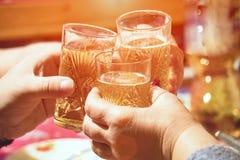Clinking стекла шампанского в руках стоковая фотография rf