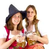 Clinking стекла на Oktoberfest Стоковые Изображения