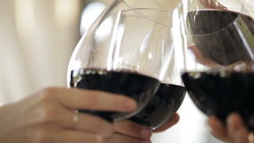 Clinking szkła z czerwonym winem i wznosić toast zbiory