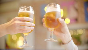 Clinkingsglazen met bier in bar stock videobeelden