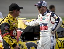 Clint Bowyer parle avec le JR de Dale Earnhardt. Photo stock