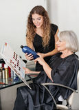 Cliënt en Kapper Choosing Hair Color Stock Afbeeldingen