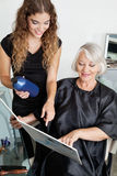 Cliënt en Kapper Choosing Hair Color Royalty-vrije Stock Afbeelding