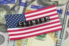 Clinton, auf der Hintergrundflagge Stockfoto