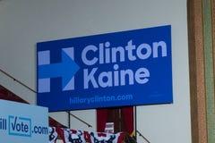 Clinton Kaine tecken med logo Arkivfoto