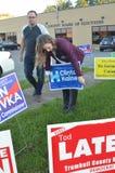 Clinton-Kampagnenmitarbeiter in Ohio fügen Schild vor Brett von Wahlen hinzu Lizenzfreies Stockbild