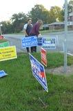 Clinton-Kampagnenmitarbeiter in Ohio fügen Schild vor Brett von Wahlen hinzu Stockbilder