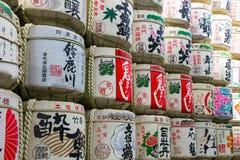 cliose op Inzameling van traditionele van belangenvaten of nihonshu sta Royalty-vrije Stock Afbeelding