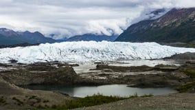 clip commovente di lasso di tempo 4K delle montagne dell'Alaska Chugach del ghiacciaio di Matanuska con le nuvole e lo stagno stock footage