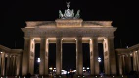 Clip de la puerta de Brandeburgo, Pariser Platz, Berlín, Alemania de la noche metrajes