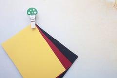 Clip de madera y notas pegajosas Imagen de archivo libre de regalías