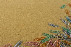 Clip de papel colorido en el tablero marrón Imagenes de archivo