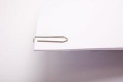 Clip de papel en el Libro Blanco fotografía de archivo libre de regalías