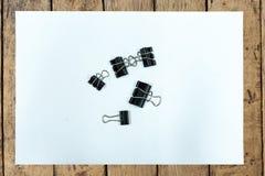 Clip de papel y Libro Blanco en la tabla de madera Imágenes de archivo libres de regalías