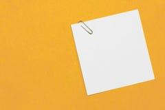 Clip de papel y papel Imagen de archivo libre de regalías