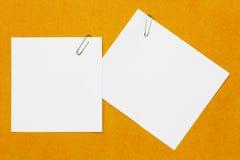 Clip de papel y papel Imagenes de archivo