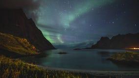 clip de película de cine de 4k Timelapse del aurora borealis en las islas de Lofoten, Noruega aurora Luces norteñas verdes Cielo  almacen de metraje de vídeo
