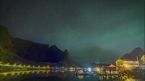 clip de película de cine de 4k Timelapse de la aurora boreal Aurora Borealis con la vista clásica del pueblo del pescador s de Re metrajes