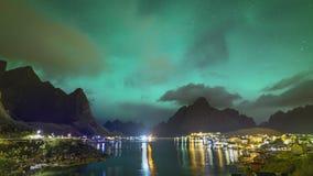 clip de película de cine de 4k Timelapse de la aurora boreal Aurora Borealis con la vista clásica del pueblo del pescador s de Re almacen de metraje de vídeo