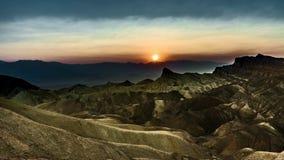 clip de película de cine de 4k Timelapse de la puesta del sol en los cantos pesadamente erosionados del punto famoso de Zabriskie almacen de metraje de vídeo