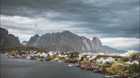 clip de película de cine de 4k Timelapse de nubes de mudanza sobre las cabinas del pescador noruego tradicional, rorbuer, en la i almacen de video