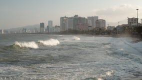 Clip de Vietnam HD del centro turístico de Nha Trang de las olas oceánicas almacen de metraje de vídeo