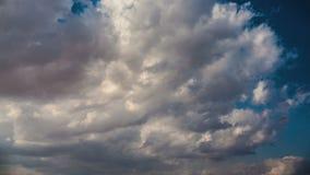 Clip del lapso de tiempo de las nubes mullidas blancas sobre el cielo almacen de metraje de vídeo
