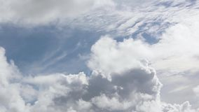 Clip del lapso de tiempo de las nubes mullidas blancas sobre el cielo azul almacen de video