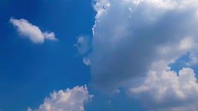 Clip del lapso de tiempo de las nubes mullidas blancas sobre el cielo azul metrajes