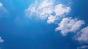 Clip del lapso de tiempo de las nubes mullidas blancas sobre el cielo azul almacen de metraje de vídeo