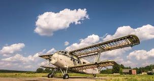 Clip del lapso de tiempo de las nubes rodantes rizadas mullidas blancas con el avión destruido en un campo almacen de metraje de vídeo