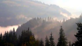 Clip del lapso de tiempo Paisaje fantástico de la montaña con la nube colorida Cielo dramático Cárpato, Ucrania, Europa Cárpato,  metrajes