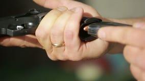 Clip delle munizioni del fucile delle spese del commando Fucilazione della pistola video d archivio