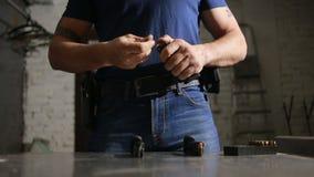 Clip delle munizioni del fucile delle spese del commando Fucilazione della pistola archivi video