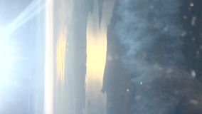 Clip der sonnigen Luftseelandschaft und des Contraildampfes stock video