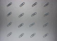 Clip di carta variopinte Su un fondo colorato Fotografia Stock