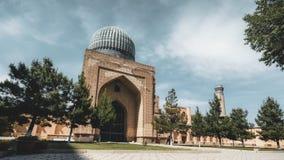 clip di film di 4k Timelapse del complesso con le belle cupole blu luminose, mosaico ricco della moschea di Bibi-Khanym stock footage