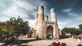 clip di film di 4k Timelapse del minore di Chor o Madrasah di Khalif Niyaz-kul Buchara, l'Uzbekistan, in via della seta antica stock footage