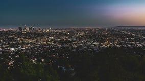 clip di film di 4k Timelapse del tramonto aereo di Los Angeles che affronta l'orizzonte del centro di Los Angeles alla penombra c stock footage
