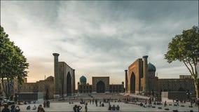 clip di film di 4k Timelapse della costruzione quadrata della moschea di Registan nella città turistica dell'Uzbekistan di Samarc stock footage