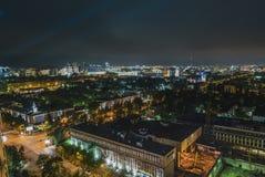 clip di film di 4k Timelapse delle luci della città di Almaty al crepuscolo, il Kazakistan, Asia centrale Traffico con le automob video d archivio