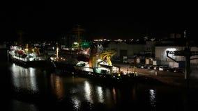Clip di intervallo di notte delle navi nel porto di Bremerhaven, Germania stock footage