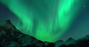 Clip di lasso di tempo di luce polare o di luce nordica Aurora Borealis nel cielo notturno sopra il Lofoten video d archivio