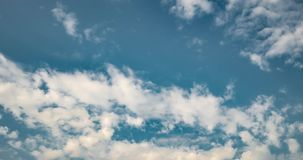 Clip di lasso di tempo di parecchi strati uguaglianti di rotolamento ricci lanuginosi della nuvola in tempo ventoso archivi video