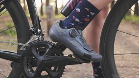 Clip di riciclaggio della scarpa in pedali Concetto di riciclaggio Chainring e fine della ruota della bici su Movimento lento video d archivio