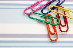 Clip in einem Streifenhintergrund lizenzfreie stockbilder