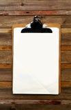 Clip en blanco en menú en de madera Imagenes de archivo