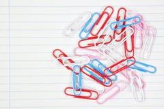 Clip sur une feuille de papier. Image stock