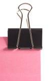 Clip y nota de post-it rosada aislados en el fondo blanco Imagenes de archivo