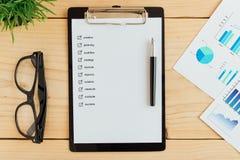 Clipboad和复选框在工作书桌企业概念 免版税库存图片